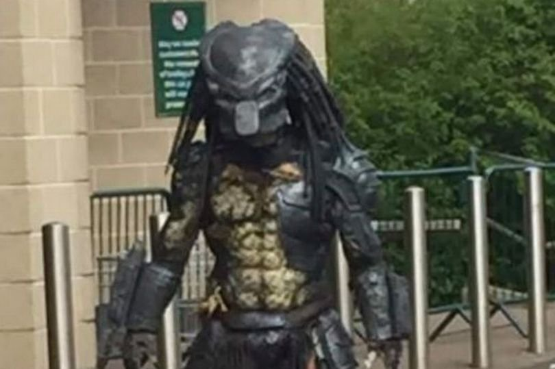 341926329_1_Stunned-Glasgow-Morrisons-shopper-pictures-man-dressed-as-Predator(1).jpg.26d6a55b193624281a1877f5e20d3a3c.jpg
