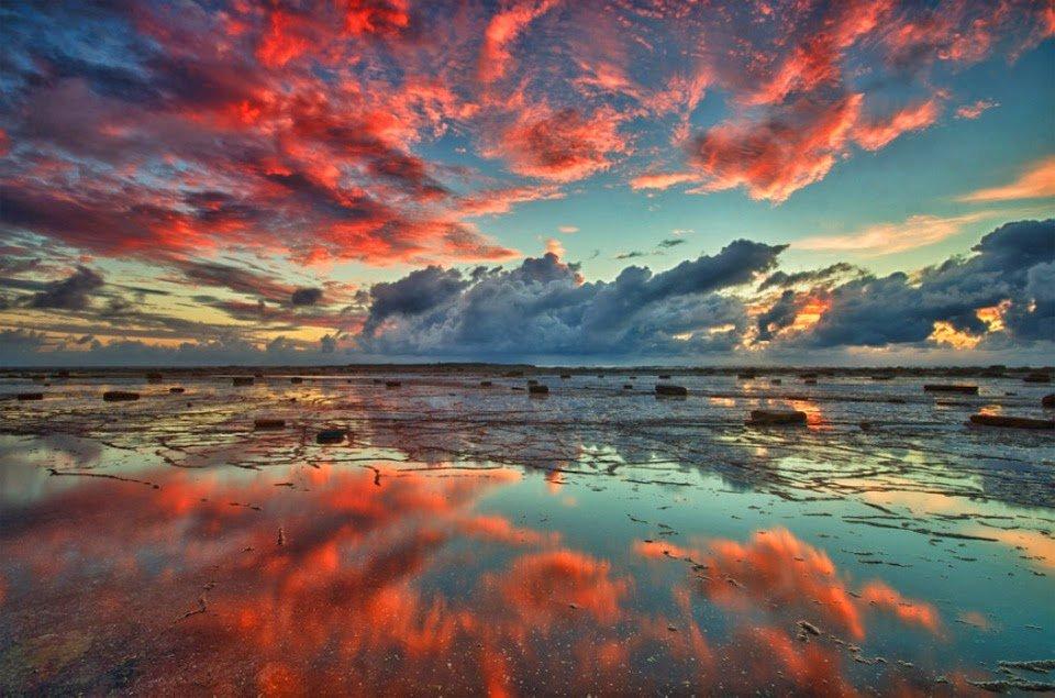 red-clouds-over-long-reef-australia.jpg.7d411804c078ee33753ff49f67740eb2.jpg